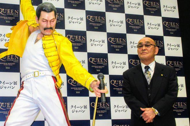 「クイーン展ジャパン」のオープニングセレモニーでフレディ・マーキュリーの等身大フィギュアの横に立つボディーガードだった伊丹久夫さん=2020年1月15日、日本橋高島屋