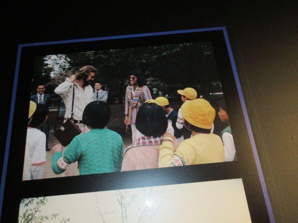 日本の子どもたちとふれ合うフレディ・マーキュリー=2020年1月15日、日本橋高島屋