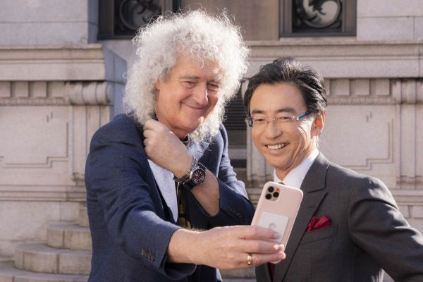 セイコーウオッチ株式会社 服部真二 代表取締役会長 兼 CEO と記念写真を撮るブライアン・メイさん