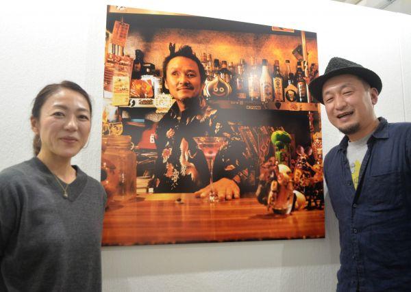 スタジオ・ブルームルームの冨樫東正さん(右)と本田織恵さん。奥の作品は、隻眼(せきがん)の男性