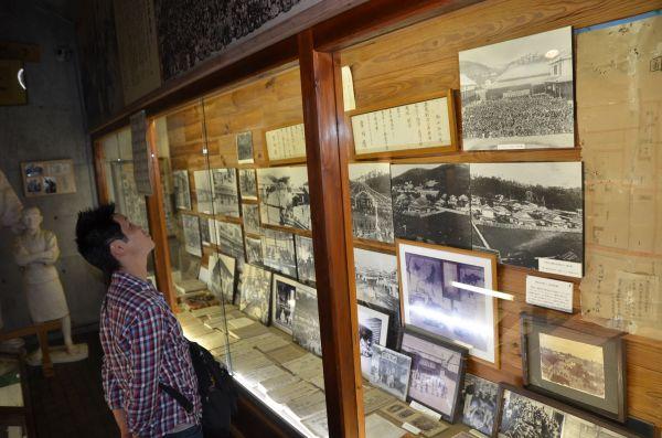 林田浩之さんが暮らした「天心館」は児童福祉の父を呼ばれる石井十次の子孫が創設した。十次の記念館を見学する林田さんは「ここに戻ってきたのは自分の意志だが、運命だったのかも」と語る。