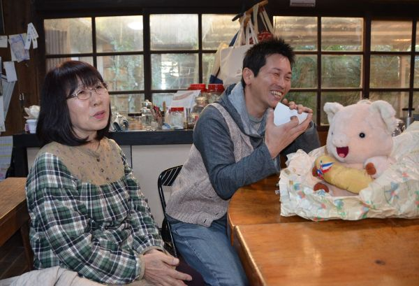 児童養護施設だった場所で、当時を思い出して談笑する加藤姉ちゃんこと藤元久美さん(左)と林田浩之さん=宮崎県西都市の高見乾司さん宅