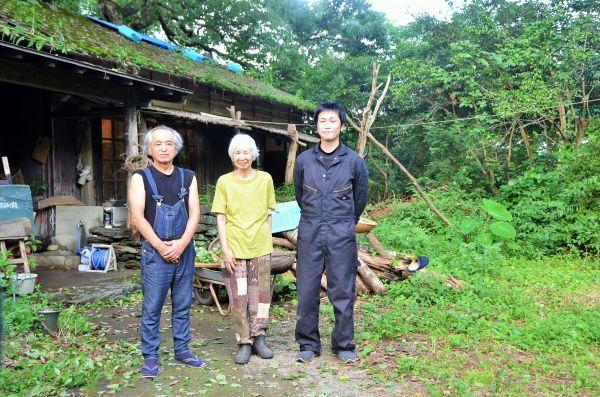 元児童養護施設だった建物の前に立つ、高見乾司さん、横田康子さん、林田浩之さん