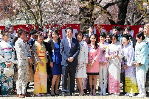 「桜を見る会」で笑顔をみせる安倍晋三首相夫妻(中央)=2019年4月13日、東京・新宿御苑