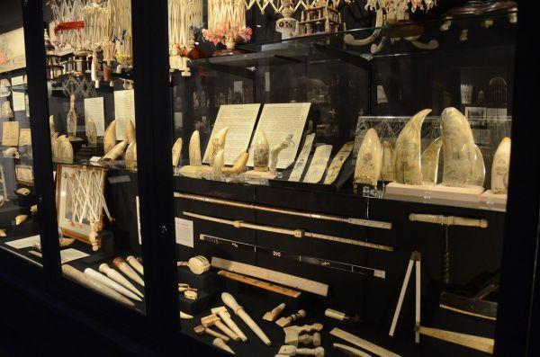クジラの歯や骨を使った工芸品(ニューベッドフォード捕鯨博物館)
