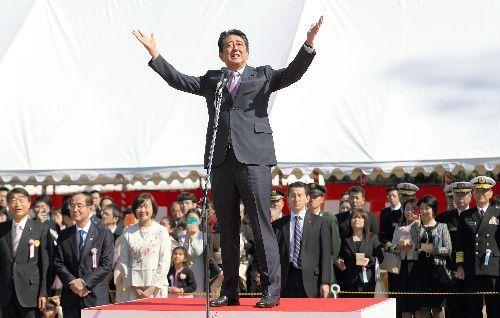 主催した「桜を見る会」であいさつする安倍晋三首相(中央)=2019年4月13日、東京都新宿区の新宿御苑(代表撮影)