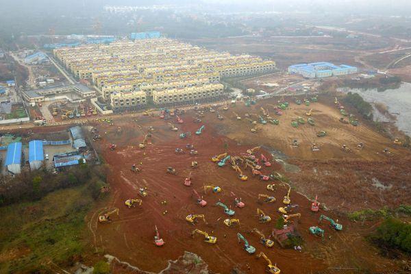 ショベルとブルドーザーがよく見える新しい病院の建設現場=2020年1月24日、武漢市。