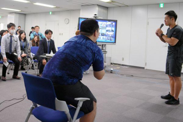 ミズノが推奨する「ながら運動」の講習を受ける日本電技の社員ら。講師は、いま人気のお笑いコンビ「ミルクボーイ」が務め、会場は沸いた=2020年1月21日、東京都墨田区の同社本社