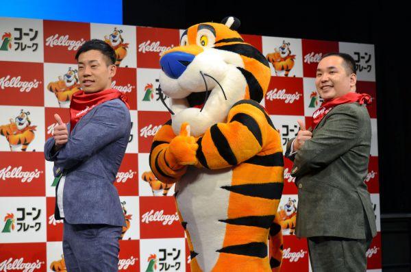 漫才で「腕を組んでいる虎」といじったトニー・ザ・タイガー(中央)と腕組みポーズするミルクボーイの2人=2020年1月28日、東京都渋谷区