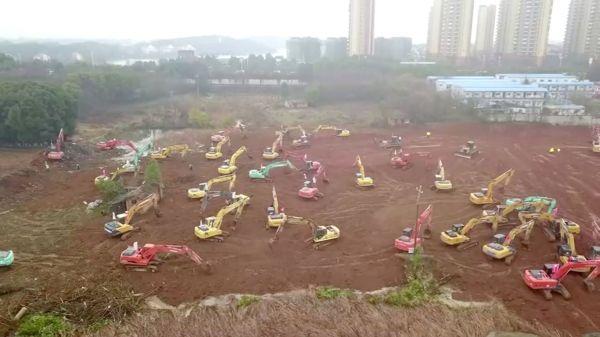 空から見た新しい病院の建設現場=2020年1月24日、武漢市。