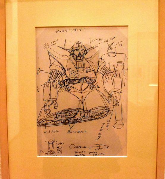富野由悠季さんが書いた「機動戦士ガンダム」に登場するモビルスーツ「ジオング」のイメージラフ。「指はビーム砲の砲身」「首が外れてコントロールできる」など設定も書き込まれている