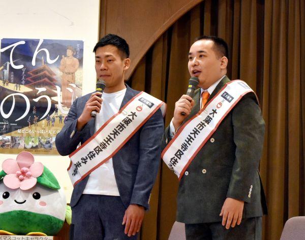 優勝後、イベントにも引っ張りだこのミルクボーイの二人=2020年1月10日、大阪市天王寺区