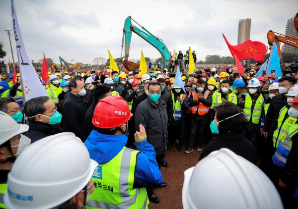建設現場で、労働者たちを励ます中国の李克強総理=2020年1月27日、武漢市。