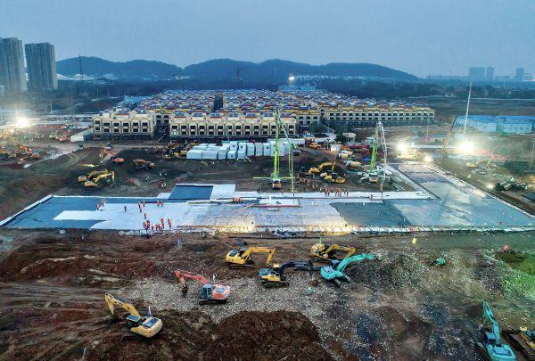 急ピッチで建設中の「火神山病院」=2020年1月30日、武漢市。