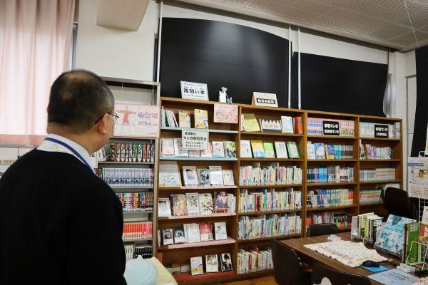 蔵書の並べ方の中でも特に湯川さんがこだわるのがこちら。教員向けの本棚の隣にLGBT関連の本が並びます。「いまはもう隠れて読むような時代じゃない。教員にも理解をしてもらいたい」と、わざとこの配置に。