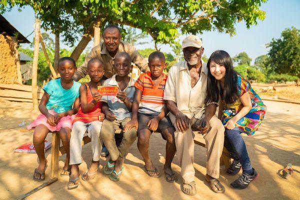 日本から持ってきたガーナチョコレートを手に持つガーナの子どもたち