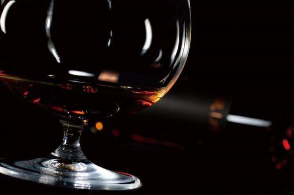 グラスに注がれた現外。20年を超える熟成のなかで、ウイスキーのような琥珀色と複雑でいて芳醇な香りが誕生した=Clear提供