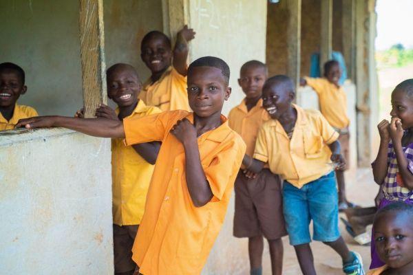 カカオ農家がある村で学校に通う子どもたち