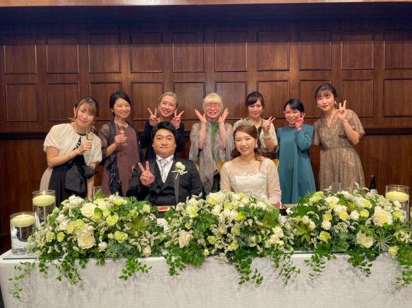 友人の結婚式に参加した神原さん(後列中央)。特徴的な見た目から、「恋愛も結婚も無縁」と思い詰めた時期もあったが、今は前向きに考えているという