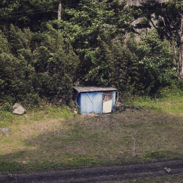 JR山田線快速リアス宮古行きの車窓から撮影された小屋