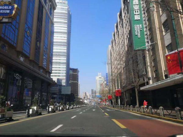 人影がいない上海市の繁華街