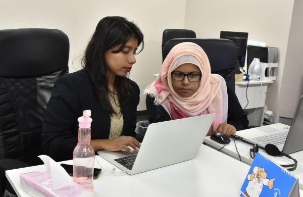 IT企業で働くバングラデシュから来た技術者ら=2018年4月、宮崎市