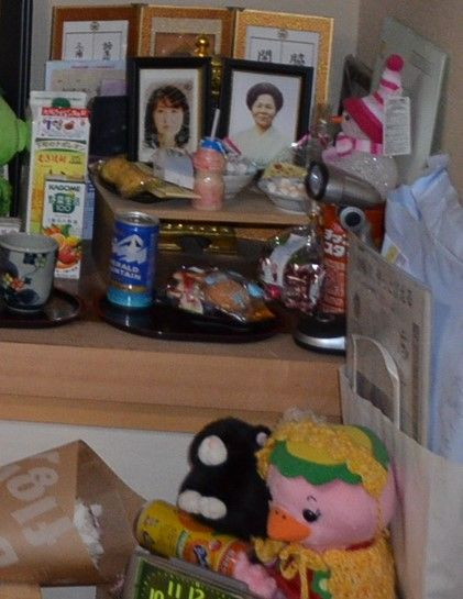 三浦フミノさんと冨士子さんの写真の周囲は、2人が好きな物でいっぱいだった=岩手県大槌町の沢舘友子さん宅