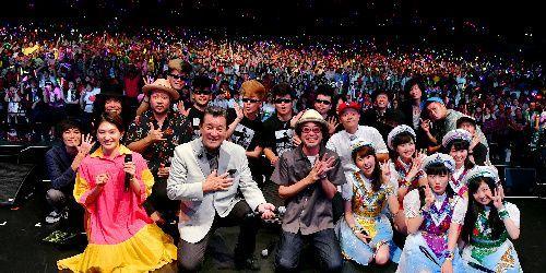 ライブ終了後、奥田民生さん、氣志團、ももいろクローバーZら若手ミュージシャンや観客とともにおさまる加山雄三さん=2017年7月11日、大阪市港区