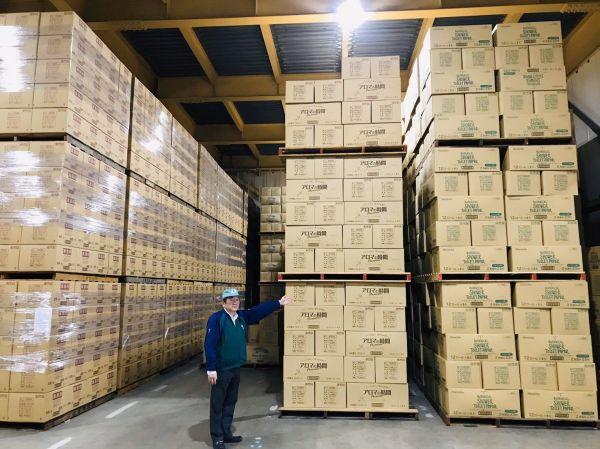 倉庫の天井近くまで積み上がった大量のトイレットペーパー