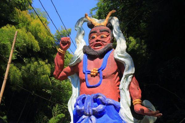 源宗坊寺の入り口近くにそびえる「仁王像」。訪問者をにらみつけるがごとく見開いた両目と、ビビッドな体色が印象的