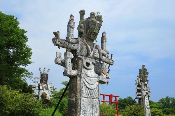「高鍋大師」(宮崎県高鍋町・約7メートル)。盗掘を防ぐため、町内の遺跡を購入した岩岡弘覚という人物が建立した。敷地内には、彼の手になるものを含め、700体以上の仏像が並ぶ