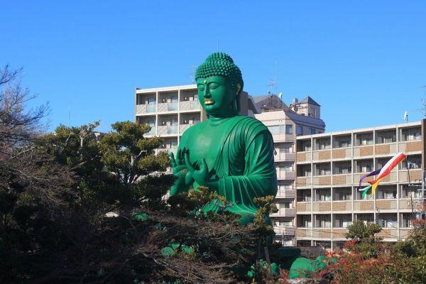 高さ10メートルの「名古屋大仏」(名古屋市)は、織田信長の父・信秀の菩提寺である桃巌寺内に鎮座する。緑色のボディはインパクト絶大