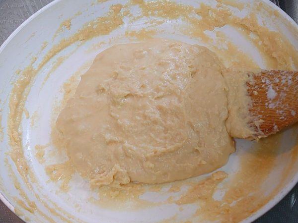 ひたすら煮込まれ、柔らかい餅のような形状になった牛乳。成分が濃縮され、やや黄色みを帯びている