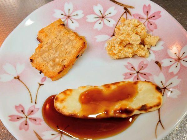 (右から)乾かした蘇の蜂蜜漬け、砂糖入りの蘇に黒蜜をかけたもの、みそに漬けた蘇を焼いたもの