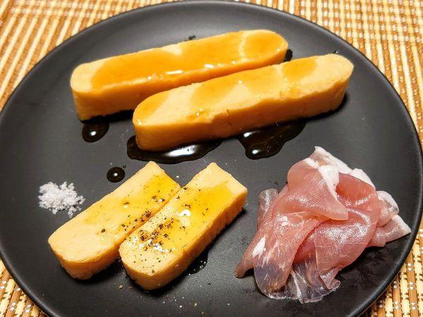 オリーブ油と黒胡椒をかけた蘇(左下)と、蜂蜜をかけた蘇(奥)。鮮やかなピンク色の生ハム、塩との取り合わせが美しい