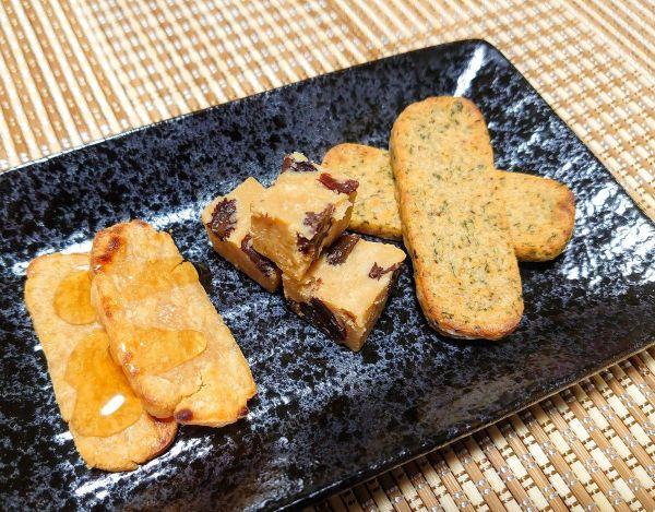 (左から)プレーン蘇の蜂蜜がけ、ラムレーズン蘇、ガーリックパウダーとパセリの蘇。一部は焼いており、カリッとした歯ごたえが楽しめるという