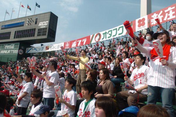 「スクワット応援」をする広島ファン