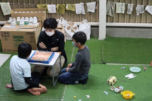 将棋をして遊ぶ子どもたち
