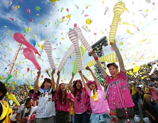 ジェット風船を飛ばす阪神ファン