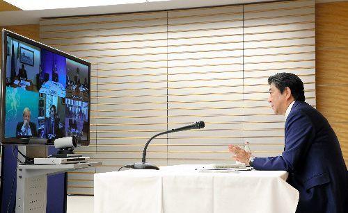 主要7カ国(G7)首脳のテレビ会議システムによる緊急協議で話す安倍晋三首相=2020年3月16日深夜、首相官邸、内閣広報室提供