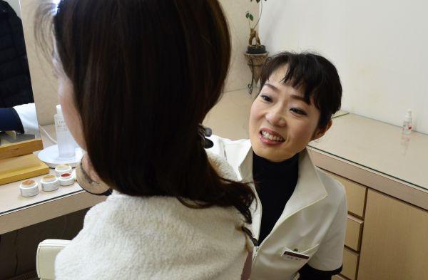 メディカルメイクアップの技術を伝える長尾陽子さん