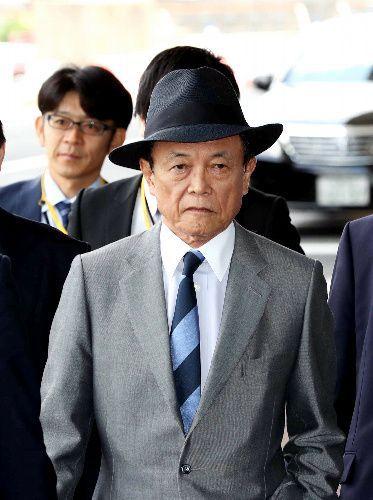帽子をかぶった麻生太郎財務相(中央)=2018年4月19日、鬼室黎撮影