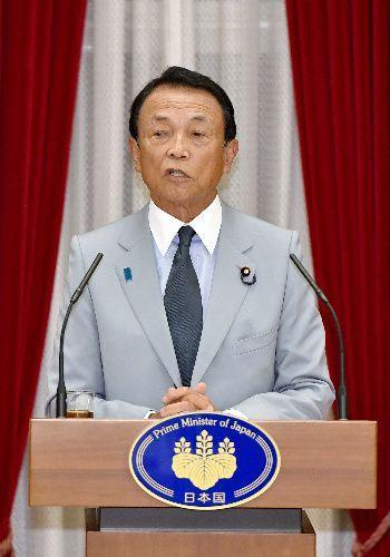 自衛隊高級幹部会同に伴う懇親会であいさつする麻生太郎氏=2019年9月17日、首相公邸、代表撮影