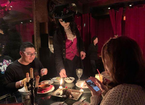ヴァンパイアカフェで料理を出すローズ伯爵