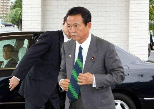 「麻生太郎 直方合同会議」の会場に到着した麻生氏=2009年10月8日、直方市頓野