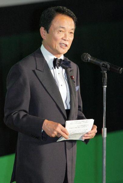 東京国際映画祭のオープニングセレモニーであいさつする麻生太郎氏=東京都港区六本木、2008年10月18日