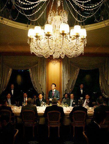 アジア・エネルギー産消国閣僚会合の夕食会であいさつする麻生氏=2009年4月25日、東京都千代田区、代表撮影
