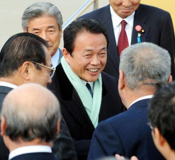 福岡空港に到着後出迎えの人たちと握手を交わす麻生太郎氏=2008年12月13日、福岡市博多区