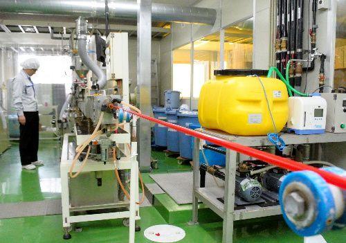 プラスチック製ストローを生産するシバセ工業の工場。樹脂の粒を溶かして管状に伸ばし、水で冷やして固める=2018年10月10日午前11時51分、岡山県浅口市、伊藤弘毅撮影