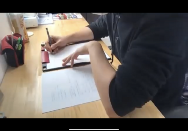 「とある男が授業をしてみた」さんの動画より。画面に映し出されるのは作業中の「とある男」さんの手元のみ。